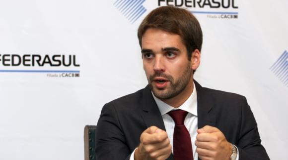 Com 59% dos votos válidos, Eduardo Leite lidera pesquisa para governo do RS
