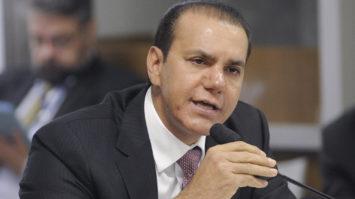Ataídes Oliveira critica juros abusivos e aponta cartel de bancos no Brasil