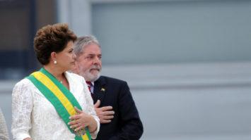 #pracegover Foto mostra Dilma com a faixa presidencial e Lula logo atrás no Palácio do Planalto