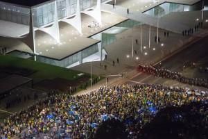 FRP_protestos-contra-Dilma-Rousseff-em-frente-ao-Palacio-do-Planalto_21032016001