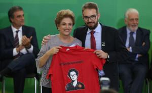 LM_Dilma-Rousseff-e-juristas-durante-ato-em-defesa-da-democracia_22032016025