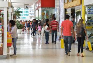 Shopping no centro de Brasília tem movimento intenso no último fim de semana antes do Natal