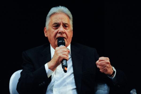 #pracegover Ex-presidente da República Fernando Henrique Cardoso, com um microfone na mão, participa de palestra no Rio de Janeiro