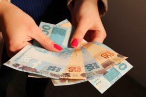 mulher_com_dinheiro