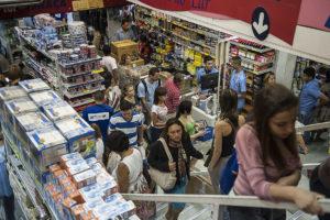 SÌO PAULO, SP, BRASIL, 10-01-2013, 15h30: Grande movimenta‹o para compra de material escolar em loja na rua 25 de Maro, em S‹o Paulo. (Foto: Marcelo Camargo/ABr)