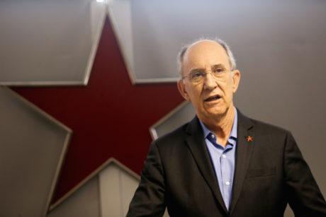 Presidente nacional do PT, Rui Falcão, fala à imprensa