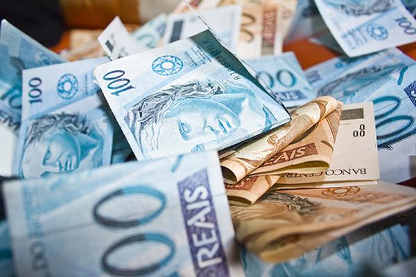 #pracegover: foto mostra notas de R$ 100 e R$ 50 dobradas