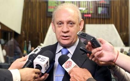 #pracegover: foto do deputado estadual Ademar Traiano envolto com microfones em entrevista