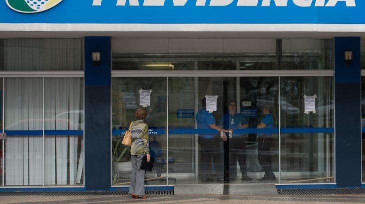 #pracegover: foto mostra porta da agência da Previdência
