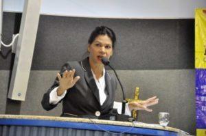 #pracegover: foto mostra vereadora Neuzinha de Oliveira falando no púlpito da Câmara de Vitória