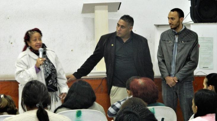 #pracegover: ministra dos Direitos Humanos, Luislinda Valois está sentada ao lado de dois homens falando para um plateia
