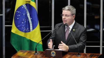 #pracegover: foto mostra senador Antonio Anastasia falando no púlpito da tribuna do Senado, no seu lado direito tem uma bandeira do Brasil