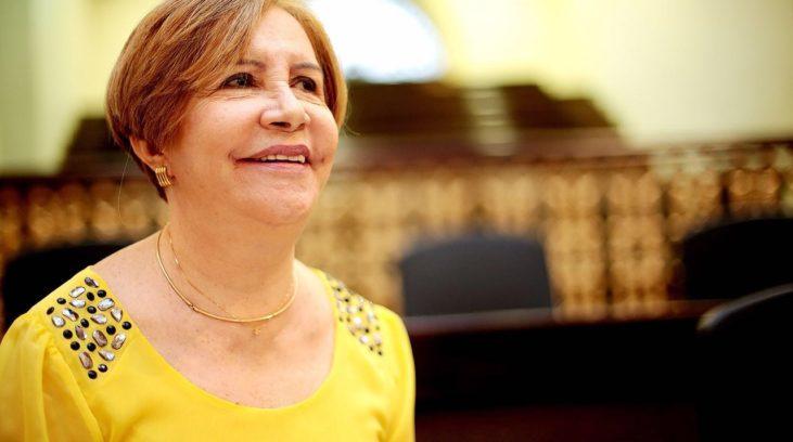 #pracegover: foto mostra deputada estadual Terezinha Nunes vestida de blusa amarela