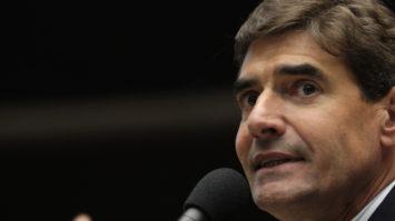 #pracegover: foto de perfil Duarte Nogueira falando no microfone