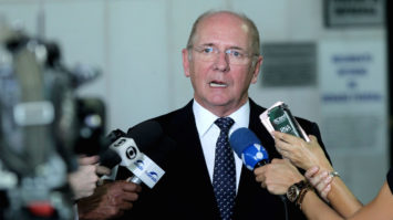 #pracegover: foto mostra o senador Paulo Bauer concedendo entrevista a jornalistas