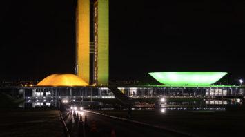 #pracegover: Congresso Nacional, na Esplanada dos Ministérios, iluminado de verde e amarela para a Copa do Mundo (Valter Campanato/Agência Brasil)