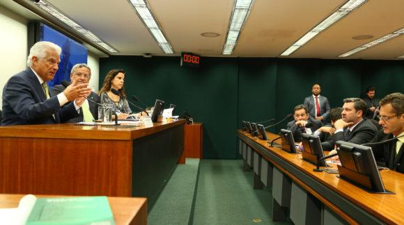 Teto salarial: Deputados defendem fim de privilégios no funcionalismo público