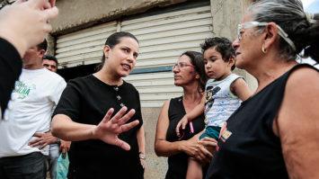 """Raquel Lyra promove ações em bairro há 20 anos """"esquecido"""" do poder municipal"""
