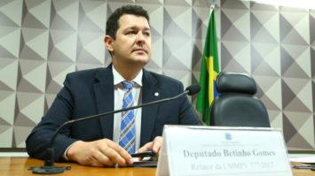 """""""Combati o bom combate"""", por Betinho Gomes"""