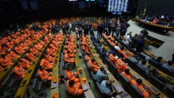 Tucanos participam de homenagem às vítimas e aos bombeiros que trabalham nos resgates de Brumadinho